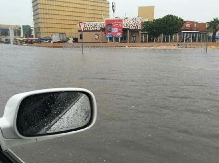 شوارع قطر تغرق فى مياه السيول والأمطار