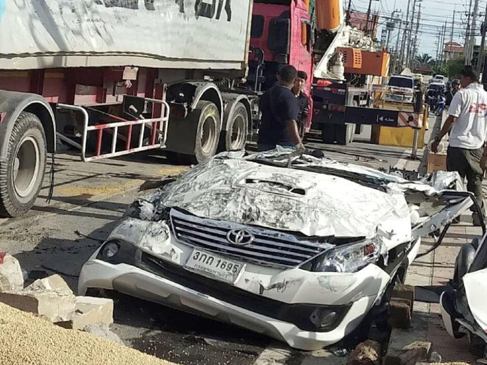 شاحنة ضخمة تحول سيارة تويوتا إلى غبار