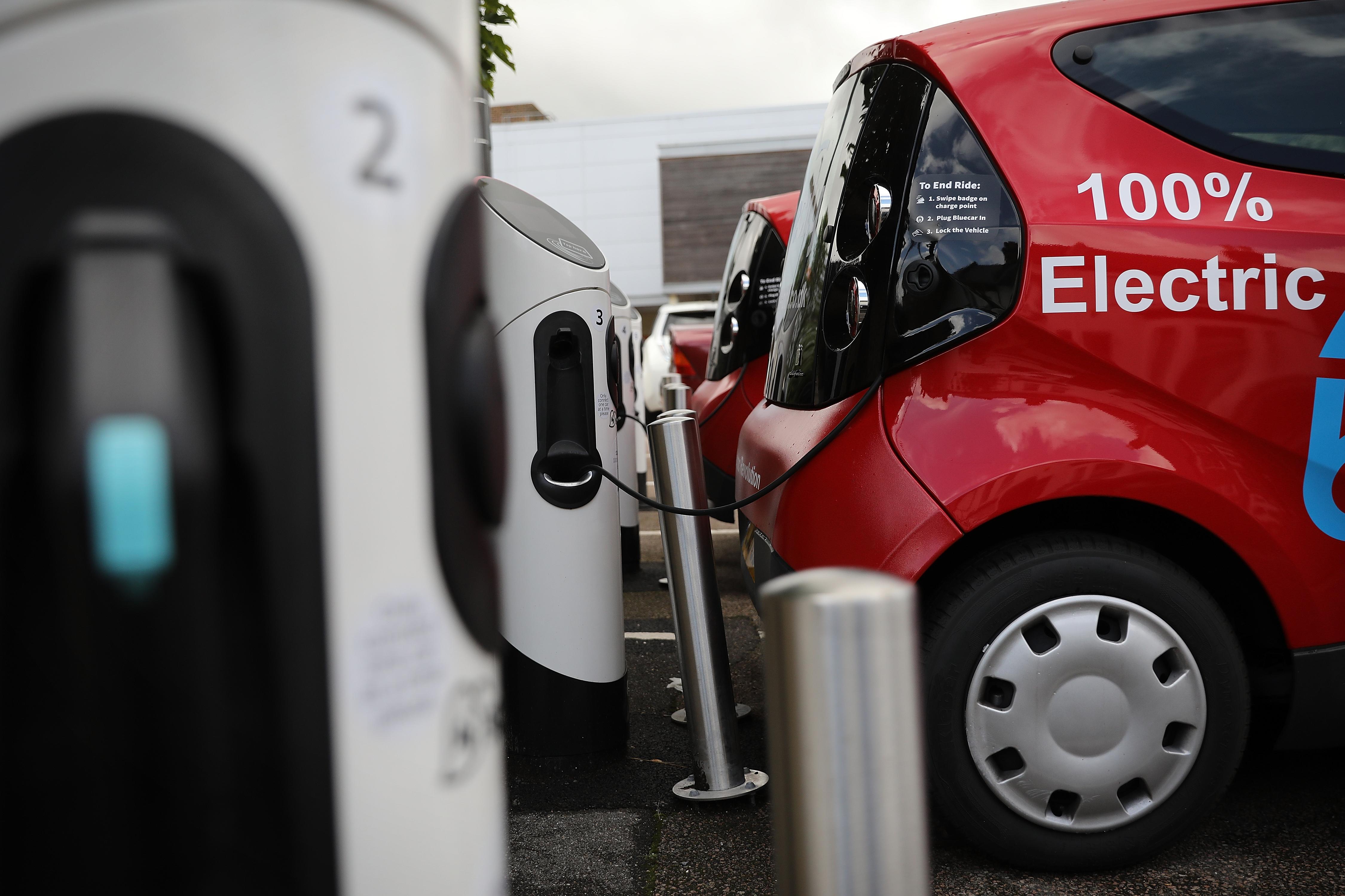 نسمع كثيراً عن مزايا السيارات الكهربائية، ولكن ماذا عن العيوب؟