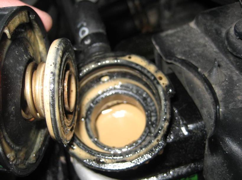 The causes and signs of mixing oil and water inside the engine