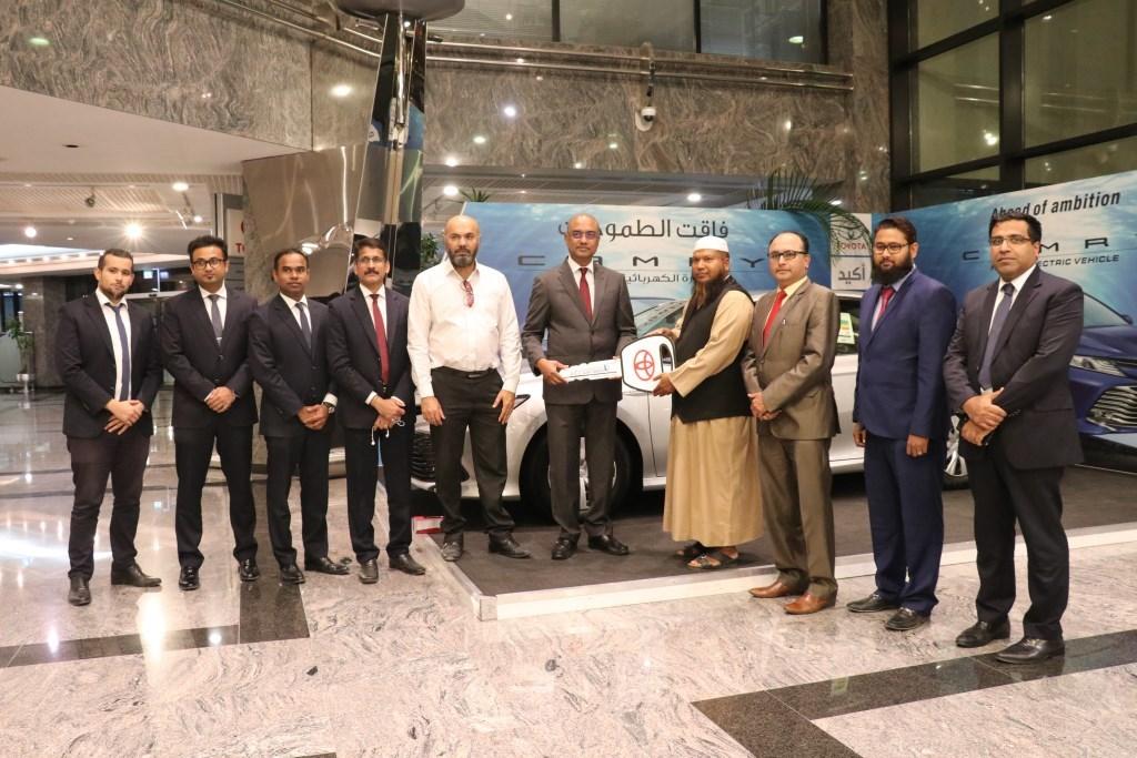 شركة عبد الله عبد الغني وإخوانه تسلّم 5سيارات تويوتا كامري اتش إي في إلى شركة بيك كويك لليموزين