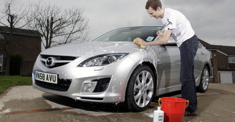 4 طرق لإزالة العلكة الملتصقة بالسيارة بسهولة