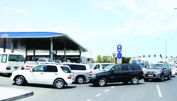 محطات البترول.. فوضى وازدحام مروري لساعات طويلة ومطالبات بالمحطات المتنقلة