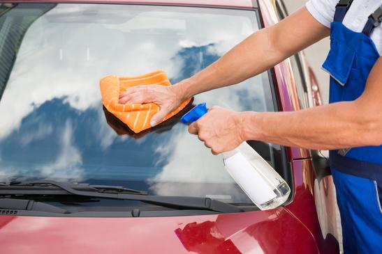 كيف أنظف زجاج السيارة بفعالية؟