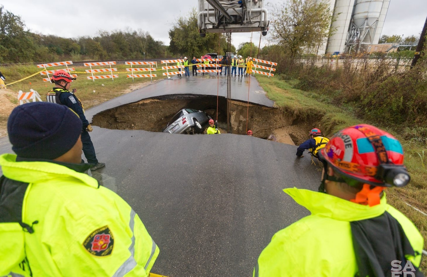 A Policewomen Dies After Crashing in a Sinkhole