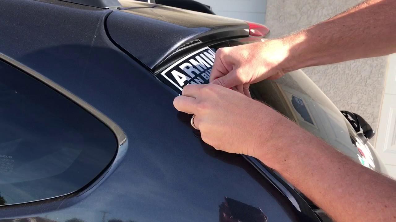 أفضل 5  طرق للتخلص من الملصقات القديمة على زجاج السيارة