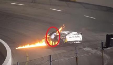 شاهد: أب ينقذ ابنه من وسط النيران بعد احتراق سيارته خلال السباق