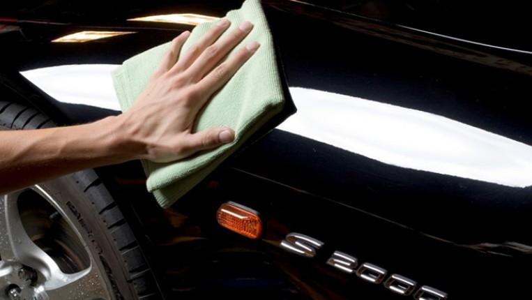 تعرّف على طريقة تنظيف السيارة السوداء