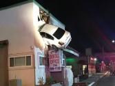 شاهد .. سيارة تطير في الهواء و تهبط في الدور الثاني لمبنى تجاري